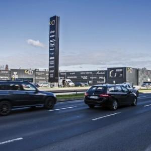 Samochody przejeżdżające obok City