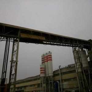 Stalowa konstrukcja poprowadzona od silosa