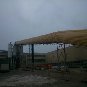 Stalowa żółta rura wychodząca z silosa
