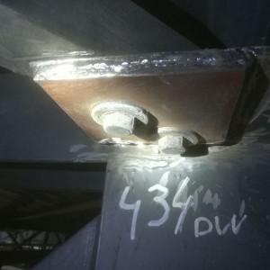 Wkręcone śruby w konstrukcję stalową