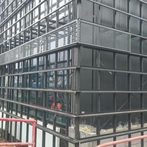 Budynek otoczony stalową konstrukcją